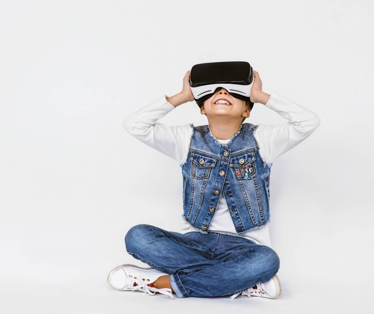 bambina gioca con il suo visore virtuale