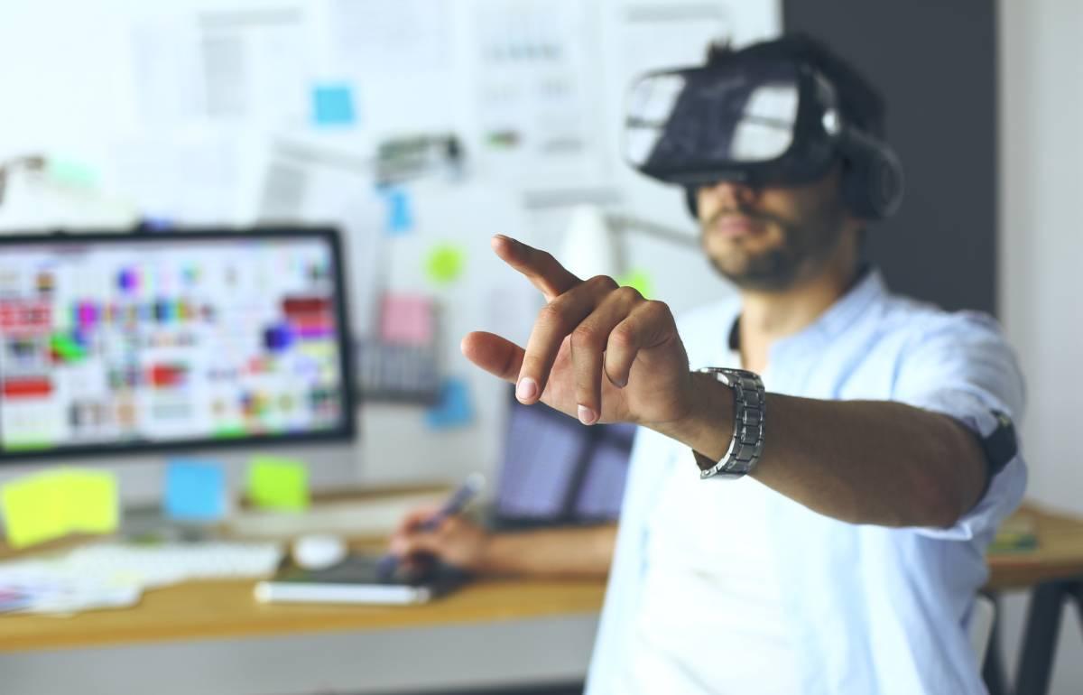 uomo testa il suo visore virtuale wireless standalone nel suo ufficio